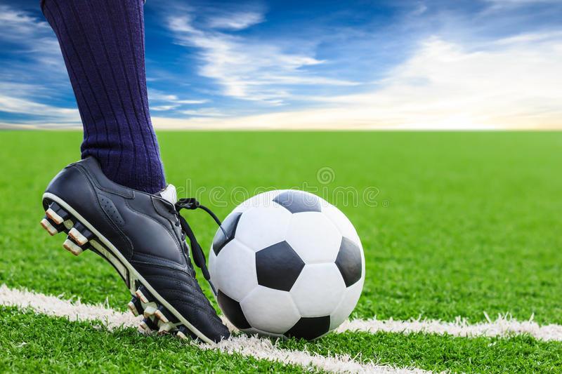 нога-пиная-футбольный-мяч